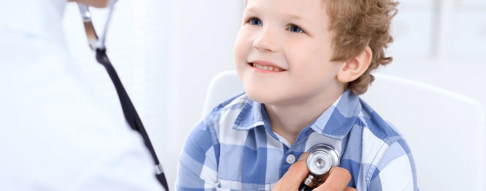 Kind beim Arzt: Bei Babys und Kleinkindern treten Bauchschmerzen häufiger auf