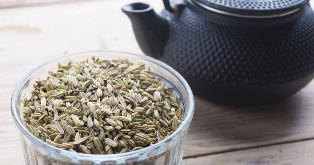 Verschiedene Teesorten wie Kümmel und Kamille lindern Blähungen