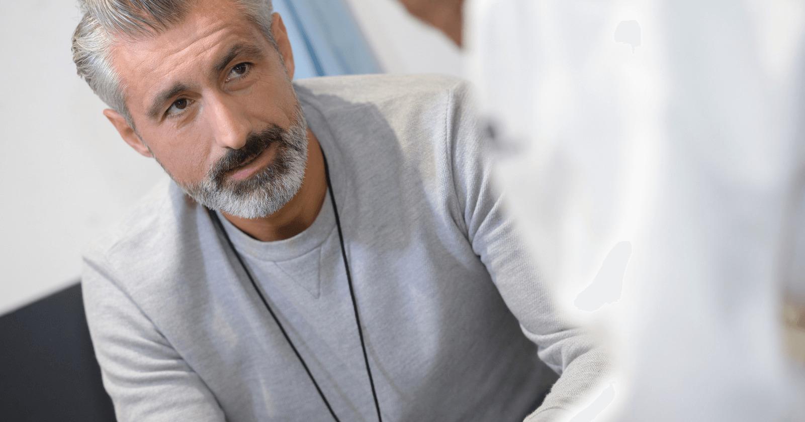 Mann bekommt die Diagnose Blut im Stuhl