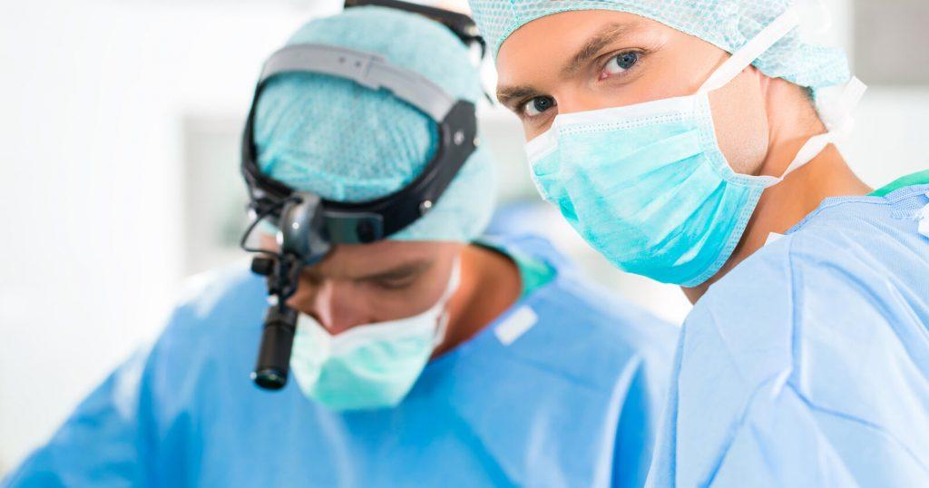 Ärzte führen eine Colitis ulcerosa Operation durch