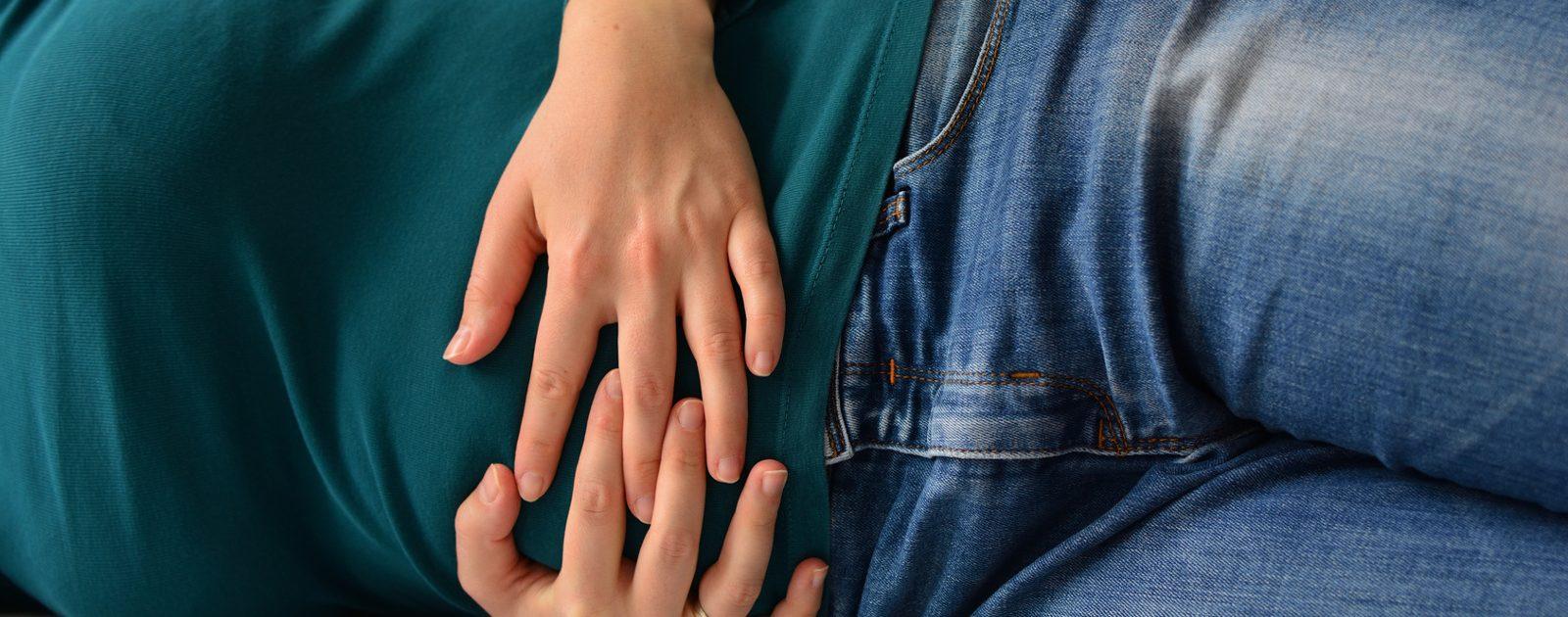 Ein Darmverschluss geht meist mit krampfartigen Bauchschmerzen, Übelkeit und fehlendem Stuhlgang einher