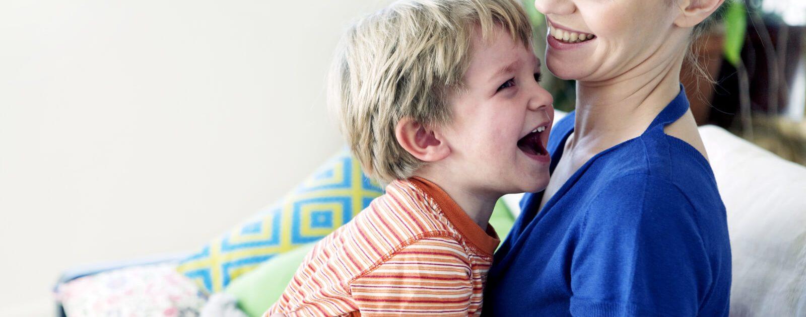 Junge tollt wieder fröhlich herum: Das pflanzliche Arzneimittel Iberogast® hilft auch Kindern bei funktionellen Magen-Darm-Beschwerden.