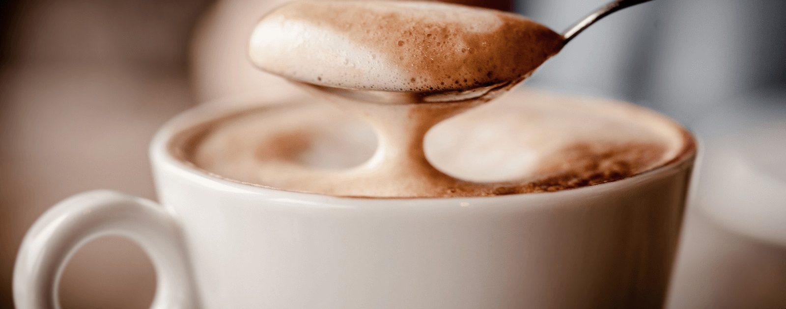 Kaffee ist ein beliebtes Getränk, aber er kann auch Blähungen, Sodbrennen und Magenschmerzen verursachen