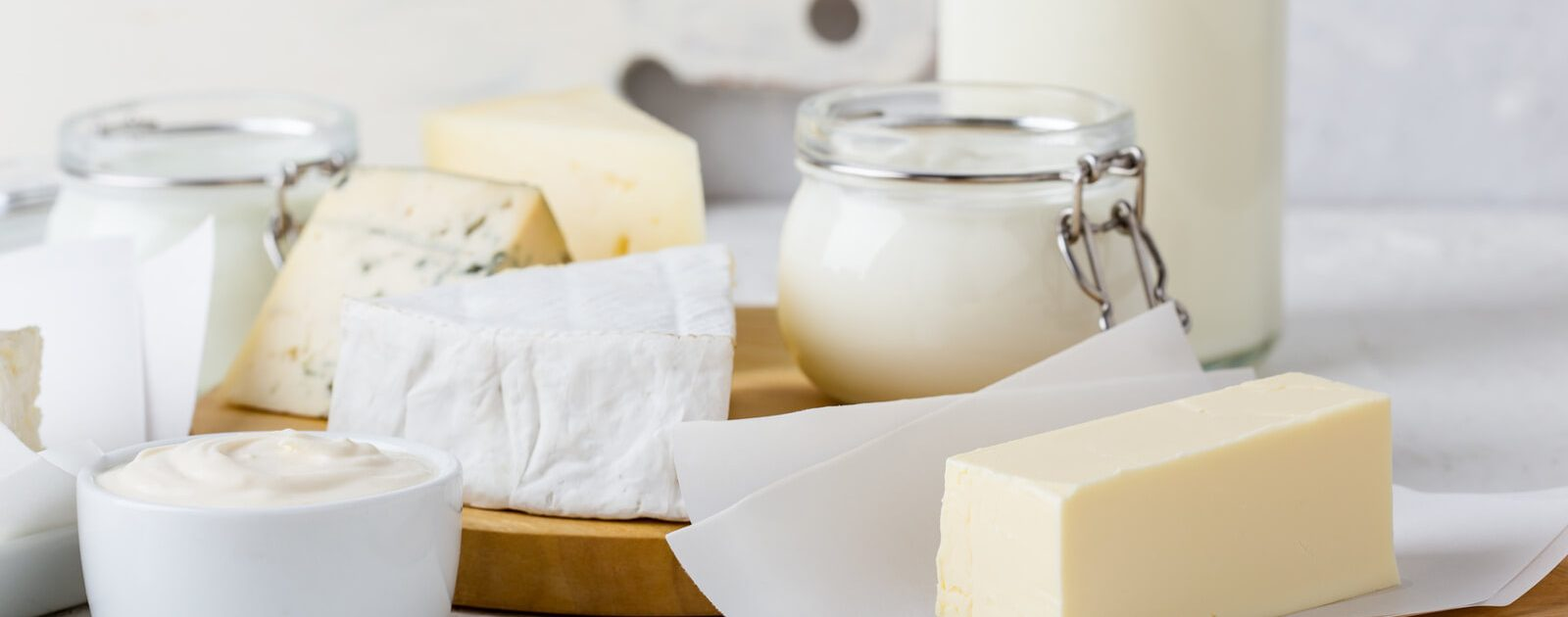 Eine Sammlung an Käse- und Milchprodukten – bei vielen Menschen verursachen diese aufgrund einer Laktoseintoleranz Verdauungsbeschwerden.