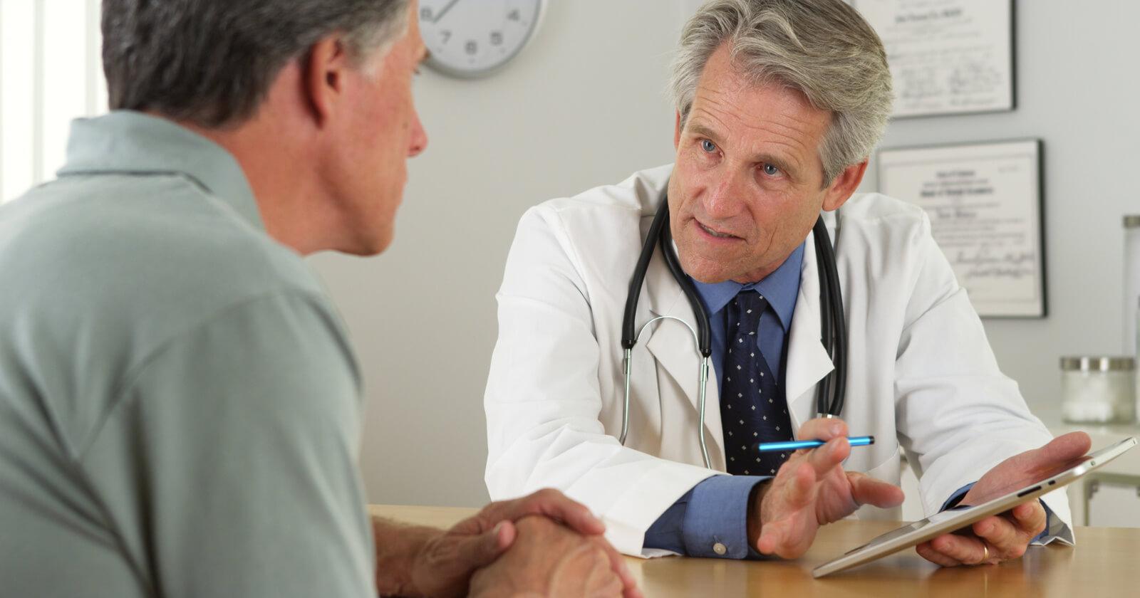 Arzt bespricht mit Patienten, welche Behandlungen bei Magengeschwüren möglich sind