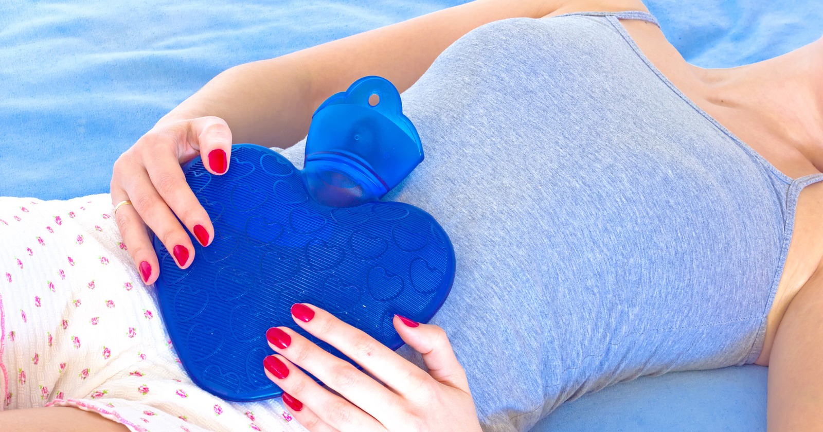 Wärme hilft dabei, Verspannungen im Bauch zu lösen und Magenkrämpfe zu linden.