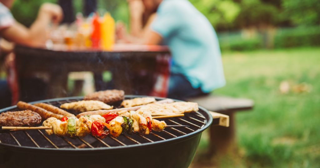 Zu schnelles und einseitiges Essen, aber auch zu viel Alkohol können Magenkrämpfe auslösen