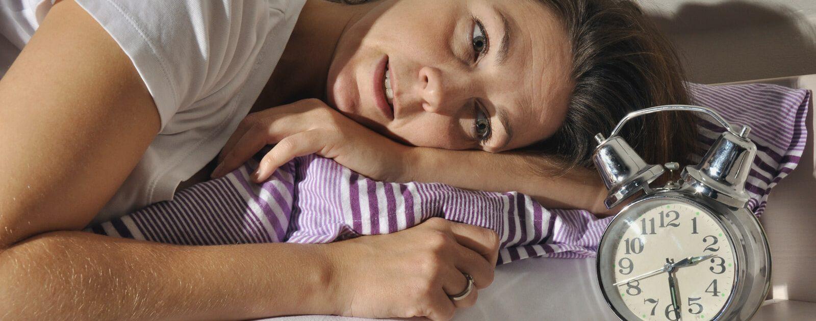 Schwangere Frau leidet nachts unter Magenschmerzen