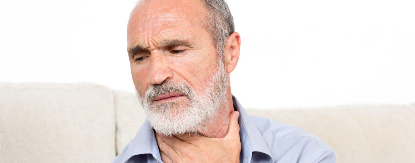Mann leidet an Symptomen aufgrund von Ösophagusdivertikeln.