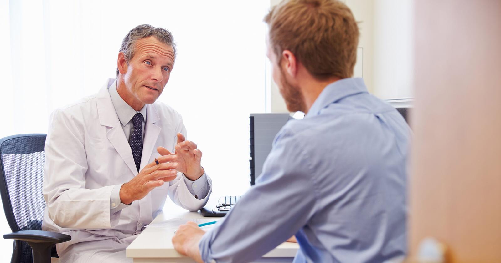 Mann ist beim Arzt um seinen Reizdarm behandeln zu lassen.