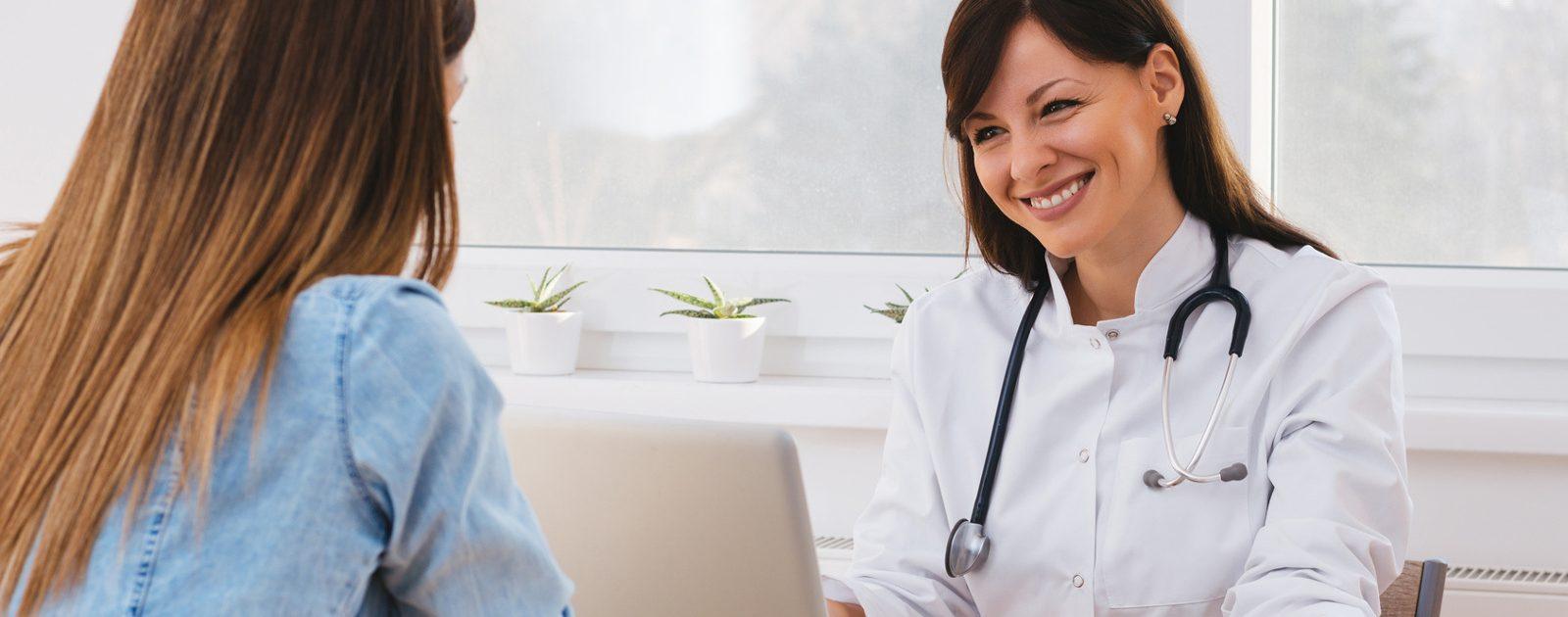 Ärztin spricht mit einer Patientin über die Diagnose Reizmagen.