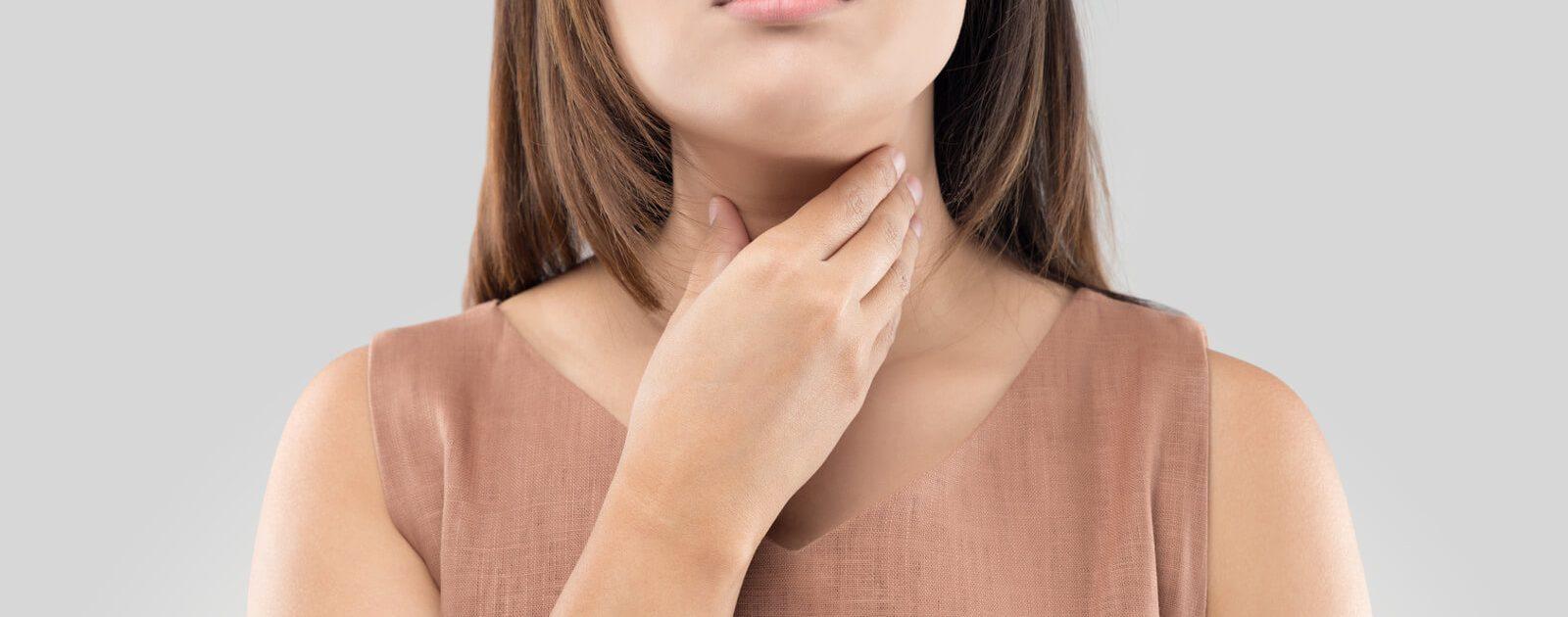 Frau leidet an einem Speiseröhrenkrampf.