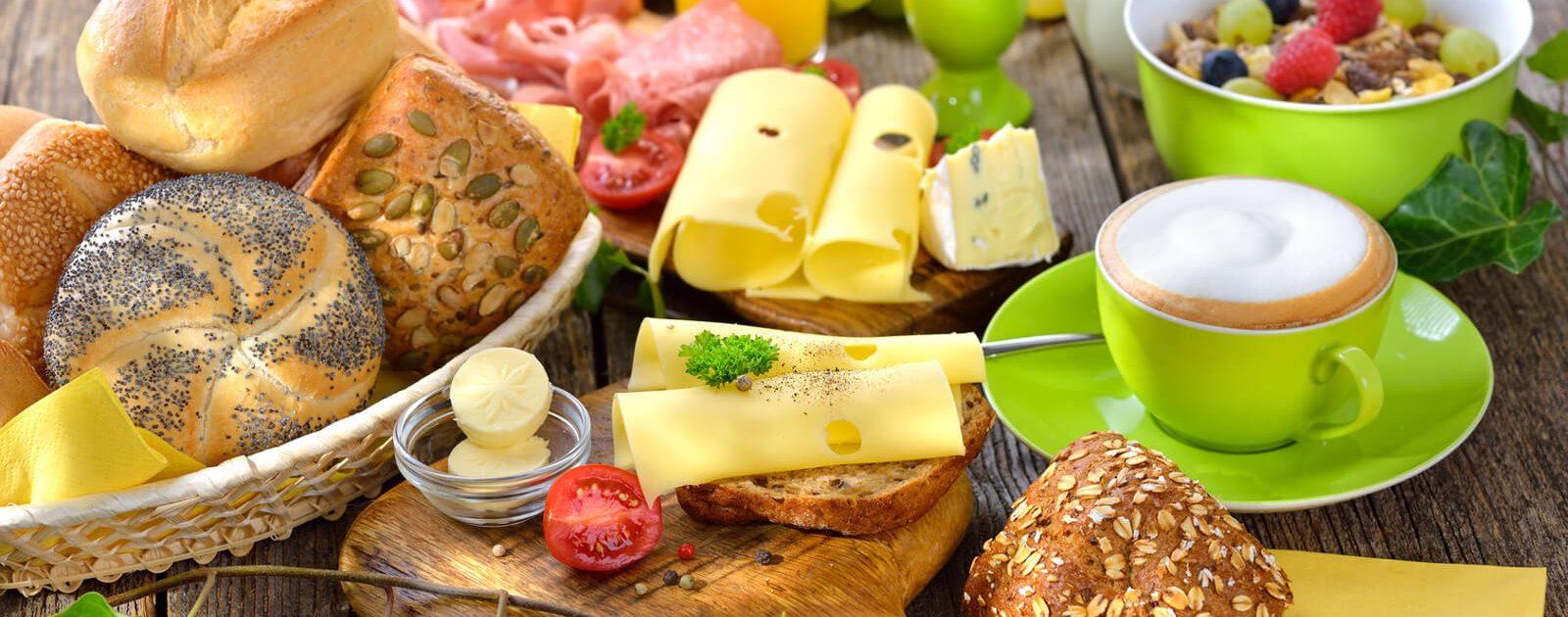 Verschiedene Nahrungsmittel auf einem Tisch – für einige Menschen sind sie aufgrund einer Lebensmittelunverträglichkeit schwer verdaulich.