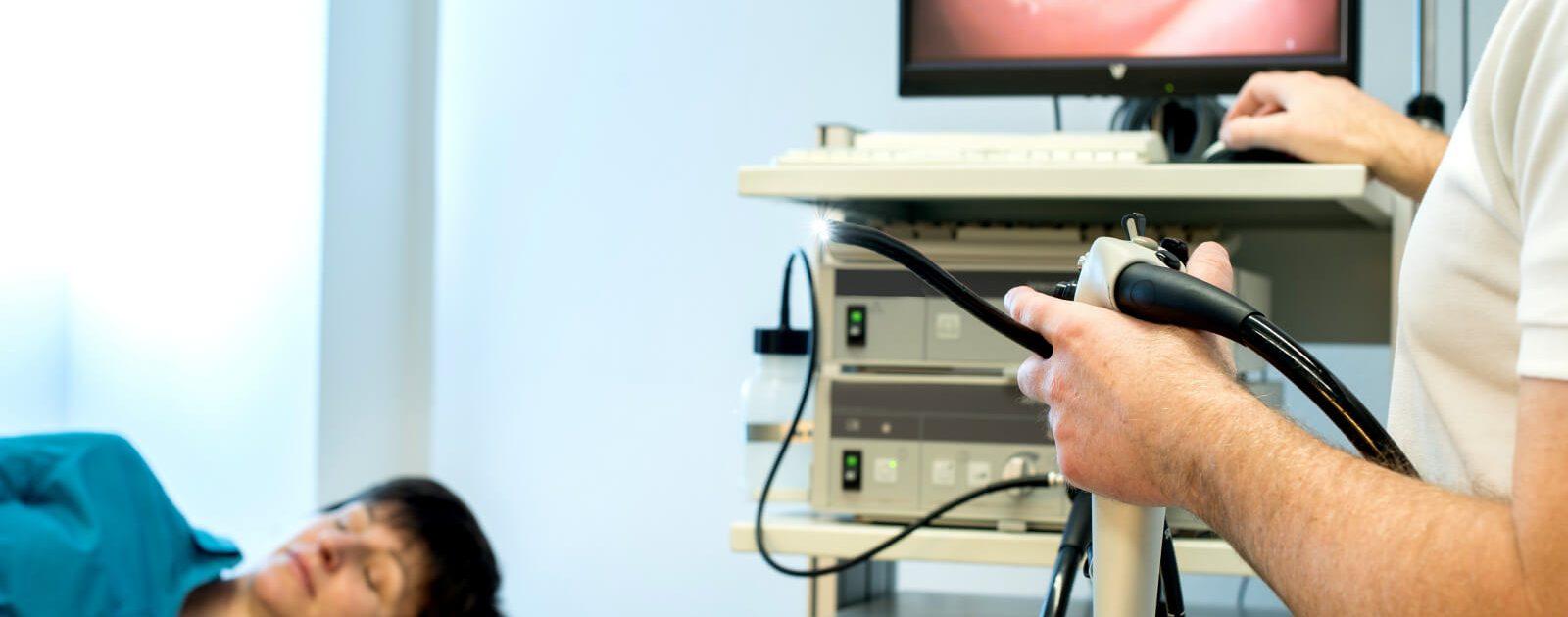 Frau wartet in der Praxis auf eine Magenspiegelung, die der Arzt mittels Gastroskop durchführt.