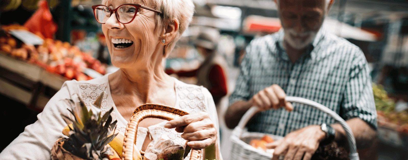 Paar mit Colitis ulcerosa achtet beim Einkaufen auf frische und gesunde Lebensmittel.